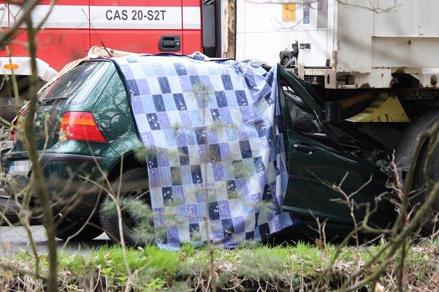Středeční tragická nehoda na silnici z Plzně do Stříbra, osobní automobil skončil zaklíněný pod kamionem.