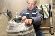 Petr Manoušek odkrývá ve věži kostela sv. Josefa v Úhercích zvon, který se rozezní příští týden při pouti. Naposledy ho místní slyšeli před desítkami let