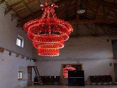 Na výstavě Má plast bude k vidění i takovýto lustr, který z prázdných lahví vyrobila PET art umělkyně Veronika Richterová.