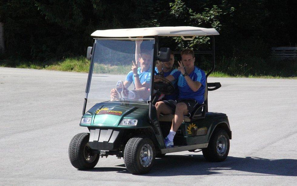Trojice ve složení zleva Jan Kopic, Ondřej Vaněk, David Limberský se na trénink přepravila motorovým vozíkem.