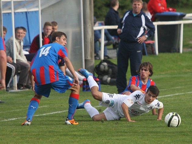 Juniorka Viktorie (v červenomodrém) zlepšeným výkonem po přestávce zdolala Slovácko 2:0