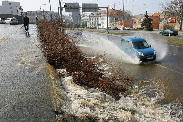 Havárie vody v Klicperově ulici zkomplikovala dopravu v ulici U Prazdroje a na křižovatce u Jána
