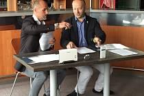 Prodloužení  spolupráce včera stvrdili ředitel společnosti Biotronik Praha Petr Větrovský  (vpravo) a Martin Straka, generální manažer hokejové Plzně.