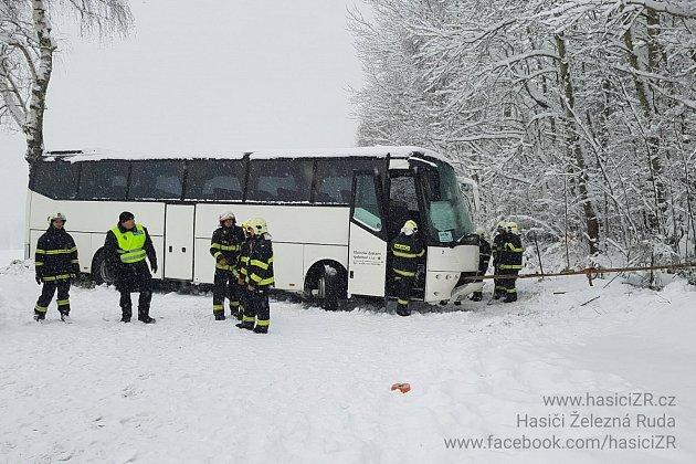 Uvízlý autobus nedaleko Zelené Lhoty na Šumavě.