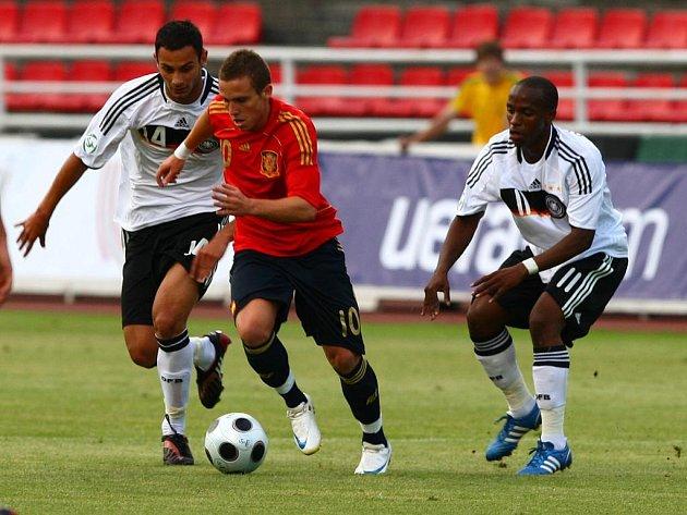 Fotbalisté Německa (v bílém) zvítězili ve svém prvním vystoupení na mistrovství Evropy hráčů  do 19 let nad Španělskem 2:1. Včerejší duel se hrál na Městském stadionu v Plzni