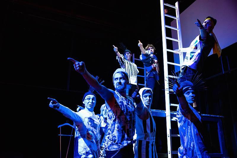 Čtyřiašedesát představení od souborů ze sedmi zemí uvede v Plzni od 15. do 23. září 29. ročník mezinárodního festivalu Divadlo. Chybět nebude ani plzeňské Divadlo J. K. Tyla s muzikálem American Idiot.