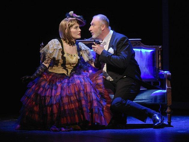 Snímek z generální zkoušky zachycuje Zuzanu Kopřivovou v roli Pauline a  Pavla Klečku jako barona von Gondremarka. Pavel Klečka je za výkon v plzeňském nastudování opery Macbath nominován na Cenu Thálie