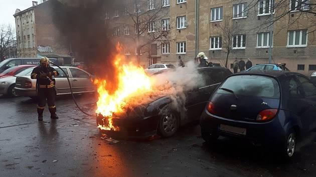 Požár osobního auta v Korandově ulici v Plzni
