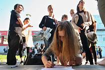 Studenti Gymnázia Františka Křižíka podepisují petici za učitele Jana Anderleho