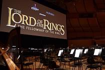 The Lord of the Rings (Pán prstenů). Plzeňská filharmonie vystupuje v Německu  spolu s Kühnovým dětským sborem a Vysokoškolským uměleckým sborem Univerzity Karlovy. Tato tělesa živě hudebně doprovází promítání filmové trilogie Pán prstenů. Snímek je z mni