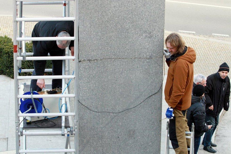 Podle odborníků je prasklina na pravém pylonu pomníku Díky, Ameriko! u Práce je opticky větší než na levém kvádru, ve skutečnosti je ale uvnitř více poškozen ten levý.