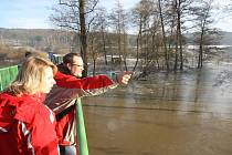 Radbuza se ze svého koryta rozlila i ve Lhotě u Plzně, kde dosáhla třetího stupně povodňové aktivity. Zaplavené louky a pole si lidé prohlíželi i z lávky nad řekou