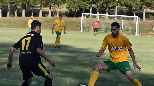 Hráč Lhoty Jakub Langer (na snímku v černém dresu s míčem) se snaží ve víkendovém zápase prvního kola krajského přeboru obejít Jana Pfeifera z Tlumačova.
