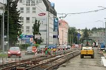 Slovanská alej je od konce prázdnin rozkopaná. Probíhá zde kompletní rekonstrukce jak tramvajové trati i vozovky