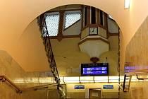 Stanice Plzeň, Jižní Předměstí má od loňska nově vymalovaný vestibul. Zbytek budovy čeká.