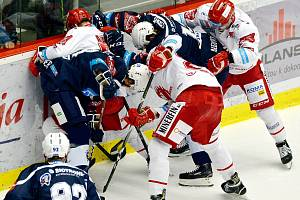 Třinec (v bílém) v úvodním utkání semifinále play off prohrál s Plzní.
