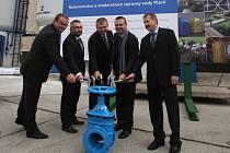 Primátor Martin Baxa (druhý zprava), ředitel Útvaru koordinace evropských projektů Erich Beneš (uprostřed), zástupci stavebníka a vodárenští manažeři poklepali na jeden z kohoutů, čímž odstartovali stavbu úpravny vody v Plzni