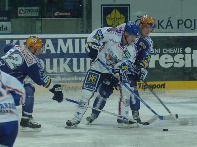 Michal Dvořák (vlevo) a Martin Adamský se snaží ve včerejším utkání obrat o puk jednoho z kladenských hráčů. I druhé domácí utkání Plzeň zvládla a zvítězila
