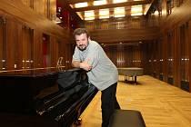 Ředitel plzeňské konzervatoře Miroslav Brejcha v novém koncertním sále v budovaném Domě hudby v Husově ulici v Plzni