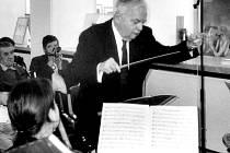 Bedřich Macenauer, po čtyři desetiletí sbormistr a dirigent opery Divadla J. K. Tyla, při koncertě v plzeňské výstavní síni Masné krámy