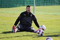 Brankář Matúš Kozáčik se rozcvičuje před tréninkem fotbalistů FC Viktorie Plzeň ve španělské Malaze