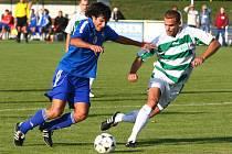 Fotbalista Vejprnic (vlevo) bojuje o míč s hráčem meteoru během víkendového utkání fotbalové divize A, ve které domácí tým podlehl soupěři těsně 0:1