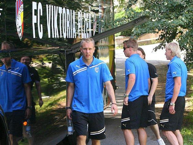 Fotbalisté FC Viktorie Plzeň Daniel Kolář, David Limberský a František Rajtoral (zleva) kontrolují uložení zavazadel před odjezdem na herní soustředění do rakouského Westendorfu