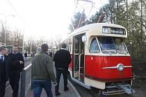 Tramvaj T2 z roku 1958 vyjede s číslem 133 při víkendových Slavnostech svobody