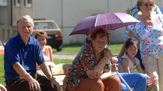 Když se lidem špatně hledá stín, nezbývá nic jiného, než si nosit svůj vlastní. Obyčejný deštník jim poslouží stejně dobře jako lavička v parku. Náš snímek pochází ze Stoda