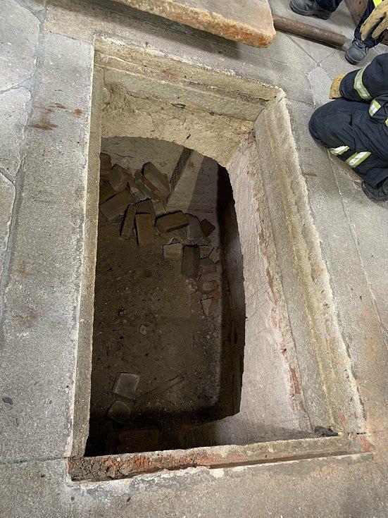 Hrobka byla otevřena místními hasiči.