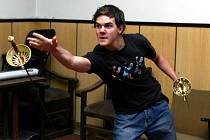 Sedmnáctiletý plzeňský herec Ivan Říha hraje v oblíbené reklamě. V Plzni se představil ve hře Don Juan, kde si i zašermoval. Na snímku je zachycen při jedné ze zkoušek