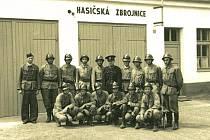 Sbor dobrovolných hasičů vznikl v červenci roku 1893. Na snímku jsou hasiči před starou zbrojnicí.