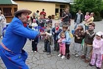 Klaun Áli přivítal s dětmi o víkendu v plzeňské zoologické zahradě prázdniny.