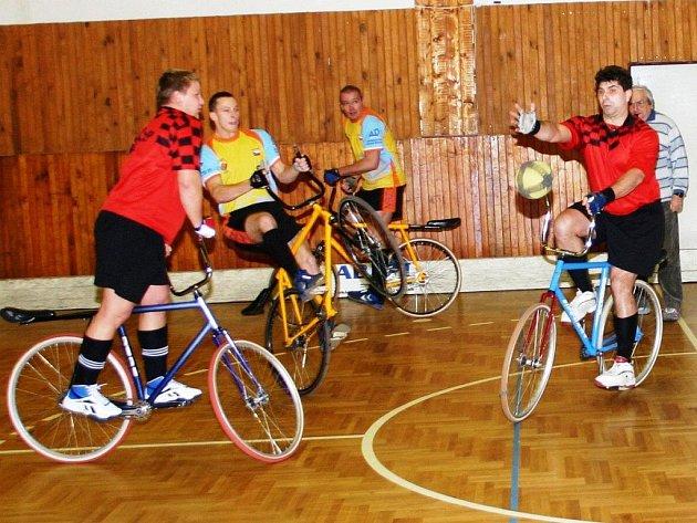 Konečné druhé místo vybojovali hráči Startu VD Plzeň Ondřej Kydlíček (druhý zleva) a Hynek Štěrba (třetí zleva) na 42. ročníku Svobodova memoriálu v kolové. V semifinále zdolali Chrastavu (snímek) 7:1 a ve finále podlehli Ehrenbergu (foto ve výřezu) 3:7