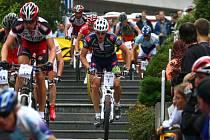 Milan Spěšný (se startovním číslem 1), na snímku z loňska ještě v dresu týmu Merida,  zdolává schody  na trati  Koridy horských kol v Plzni, kterou  loni vyhrál a připsal si tak  už páté  vítězství v závodě