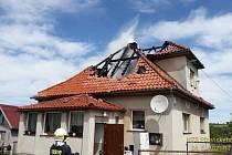 Hasiči za Lipnicí likvidují požár střechy rodinného domu