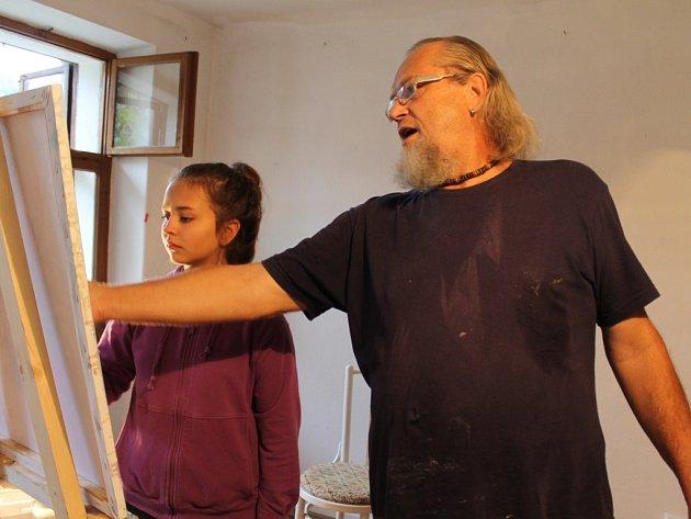 Pod vedením malíře Mildy Kasla tvořila dvanáctiletá Adéla Kotková zátiší s květinami