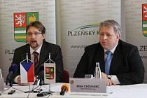 Ministr dopravy Pavel Dobeš (vlevo) s hejtmanem Plzeňského kraje Milanem Chovancem v pátek v Plzni