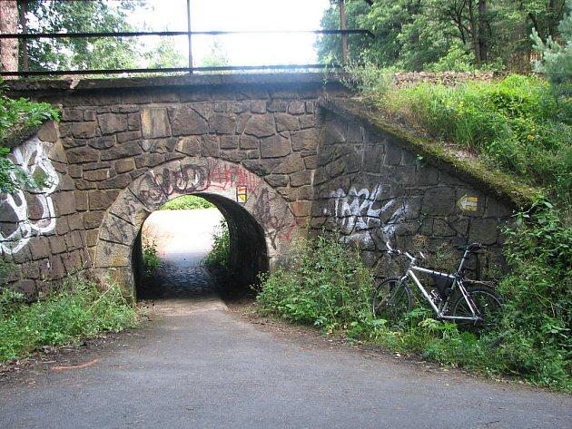 Tunýlek k arboretu. Cyklostezka z Třemošné do Plzně v poslední fázi prochází pod železniční tratí přímo k Arboretu Sofronka
