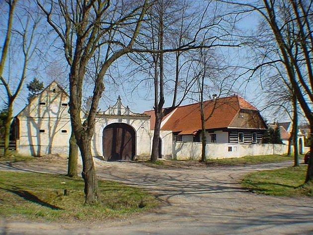 Jeden z nově opravených památkově chráněných objektů  v Tymákově má číslo popisné 1