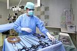 Na operačním sále.