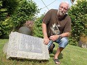 Jan Korda u památníku americké armády, který má na zahradě.
