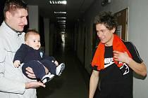 Každý den v kruhu rodiny a přátel si teď užívá fotbalista Martin Fillo (vpravo). Posila Stavangeru si zahrála ve středu na turnaji Christmas time v Plzni. Fillo se na něm pozdravil i s internacionálem Petrem Vlčkem a jeho sedmiměsíčním synem Matýskem.
