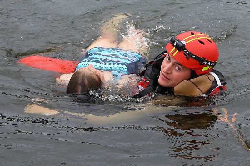 35 - Ukázka zásahu záchrany tonoucího z vody.