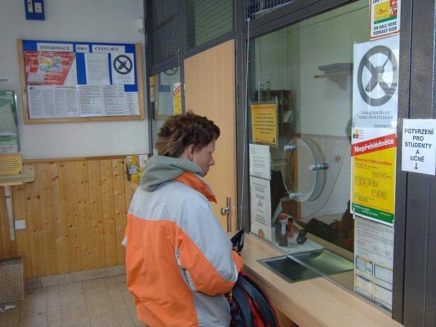 Čtyři prodejny předplatného ruší Plzeňské městské dopravní podniky, jednou z nich je i prodejna v Pražské ulici. Pro 18 zaměstnanců to znamená ukončení pracovního poměru