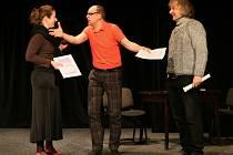 Nová inscenace Divadla Dialog Výchova slečny Rity má premiéru 24. února. Jakub Zindulka (uprostřed) v ní nehraje, role svěřil Olze Ženíškové a Bronislavu Kotišovi