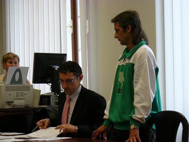 Obžalovaný Pavel Troch se svým advokátem