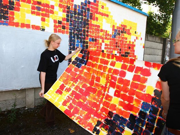 Studenti letní umělecké školy, která se v těchto dnech koná v Plzni, ve středu vyrazili do ulic. Účastníci kurzů Grafický design, Litografie a Serigrafie totiž na třech místech západočeské metropole vylepovali billboardy, které během výuky vytvořili
