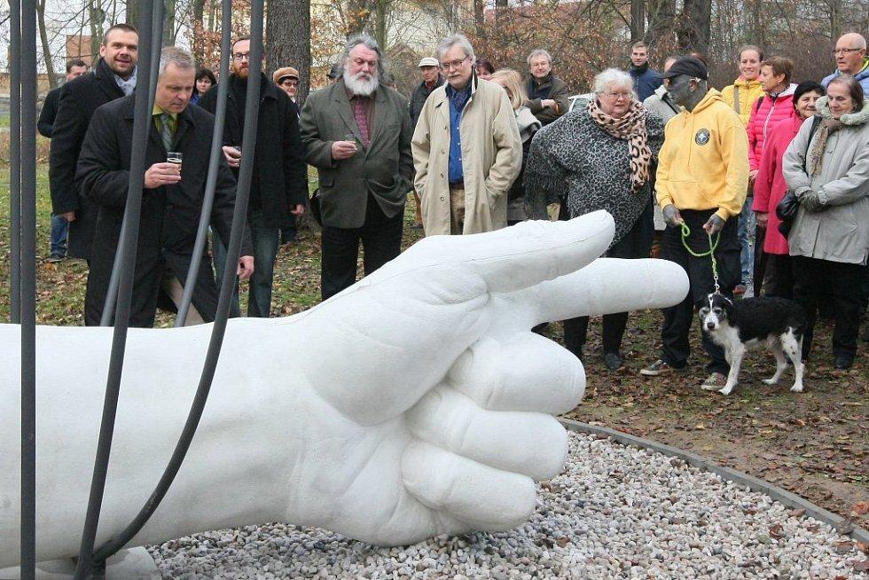 Ruka. Pomník věnovaný plzeňskému rodákovi Jiřímu Trnkovi a všem umělcům, kteří tvořili během totality, udělal Josef Mištera.