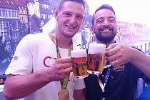 Výčepní Tomáš Rédl  s judistou Lukášem Krpálkem, který na olympiádě vyhrál zlatou  medaili.